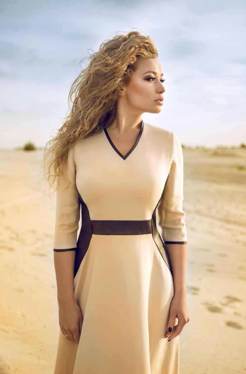Яна Соломко подчеркнула стройность платьем от украинского бренда