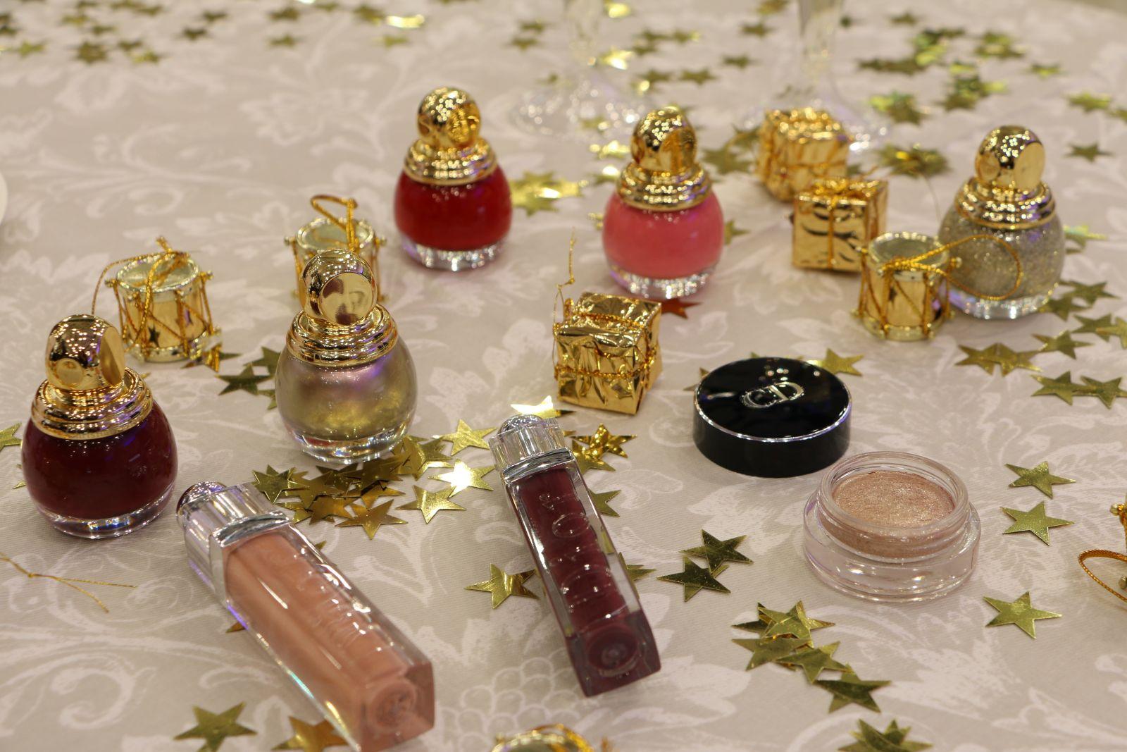 Как по мне, изюминкой коллекции Dior State of Gold 2015/16 можно смело назвать эти удивительные «елочные шарики» - лаки для ногтей Diorific Le Vernis, представленные в 4 богатых оттенках: стальной хамелеон 227 Gris-or, розовый пастель 454 Secret, красный 951 Passion и винный 991 Mystere. В коллекцию также входит золотой глиттер State of Gold, который привнесет в праздничный маникюр драгоценный лоск.