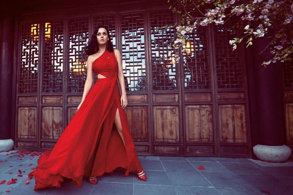 Кэти Перри появилась в необычном образе в Harper's Bazaar.