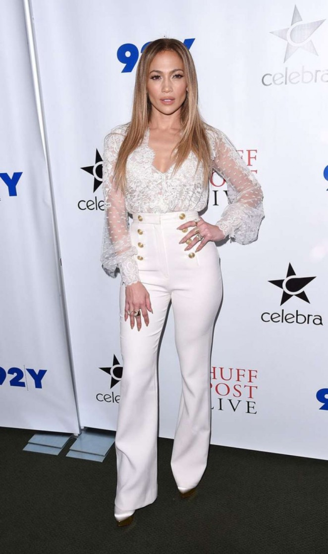 Красавица в белом: Дженнифер Лопес в стильном наряде