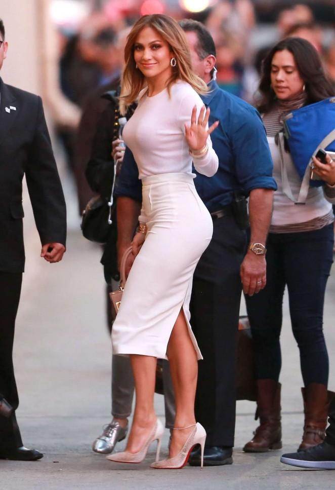 Образ дня: Дженнифер Лопес в белом комплекте на шоу Джимми Киммела