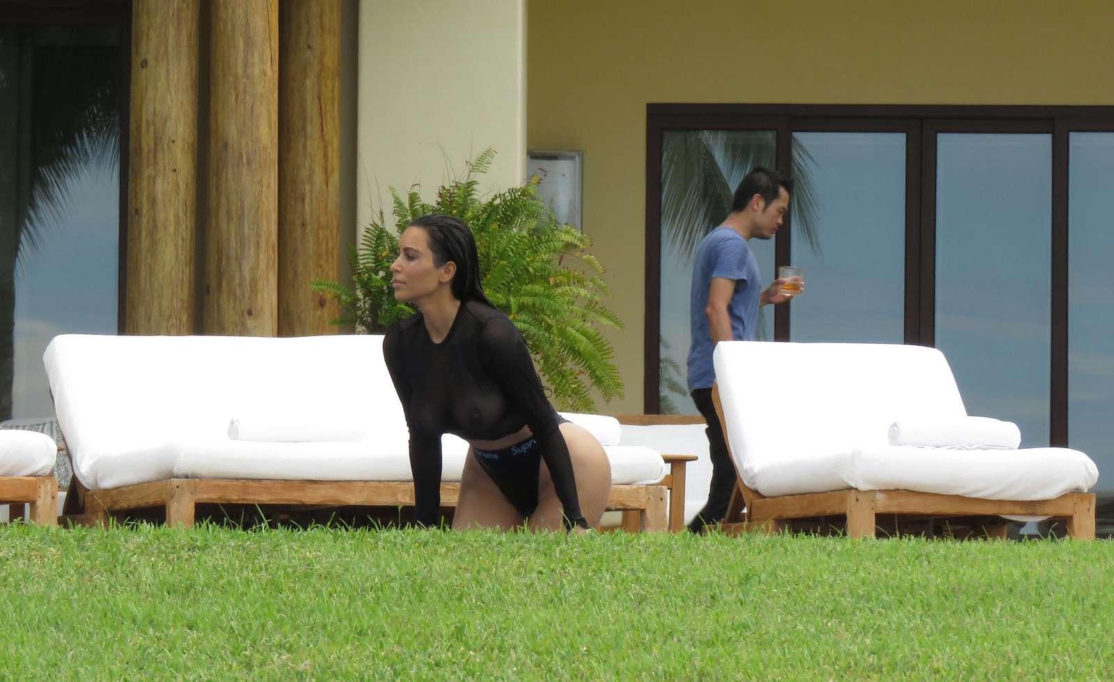 Ким Кардашьян показалась обнаженной в мокром купальнике (ФОТО)