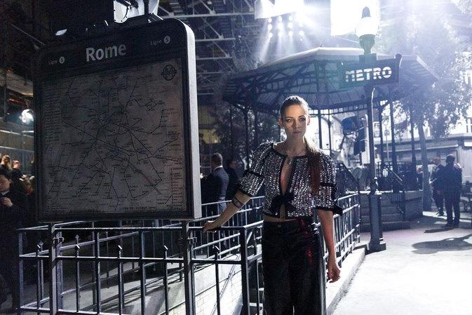 Образ дня: элегантная Кристен Стюарт на показе Chanel Metiers dArt в Рим