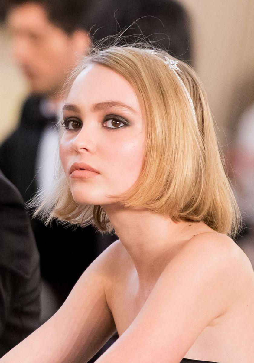 Дочь Джонни Деппа и Ванессы Паради дефилируют на показе Chanel