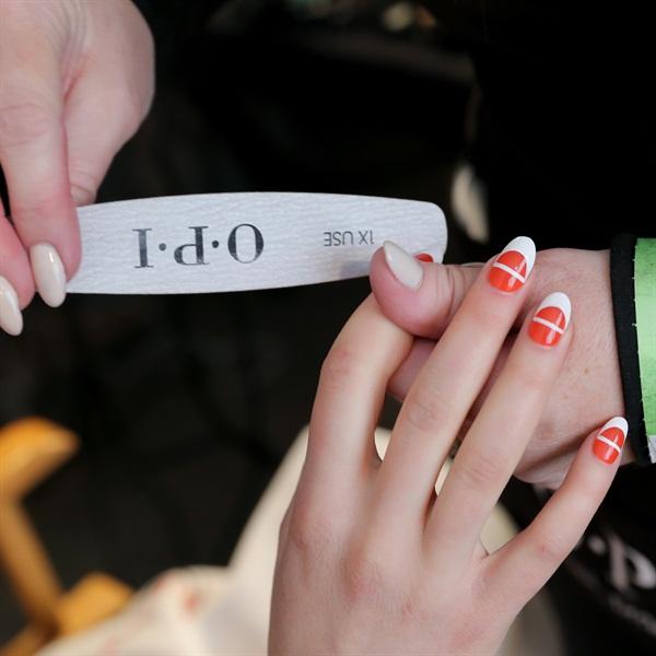 Moschino nails: стильный мастер-класс по маникюру от Джереми Скотта