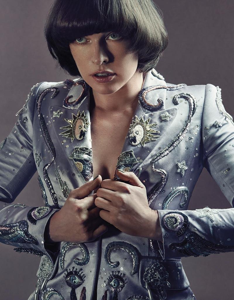 Милла Йовович демонстрирует необычный стиль в новой фотосессии для Vogue (ФОТО)