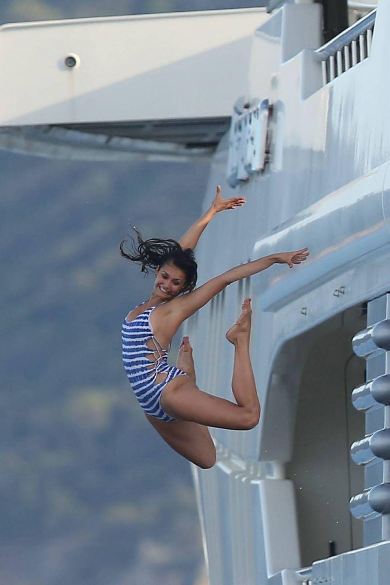 Битва бикини: Нина Добрев против Мишель Родригес
