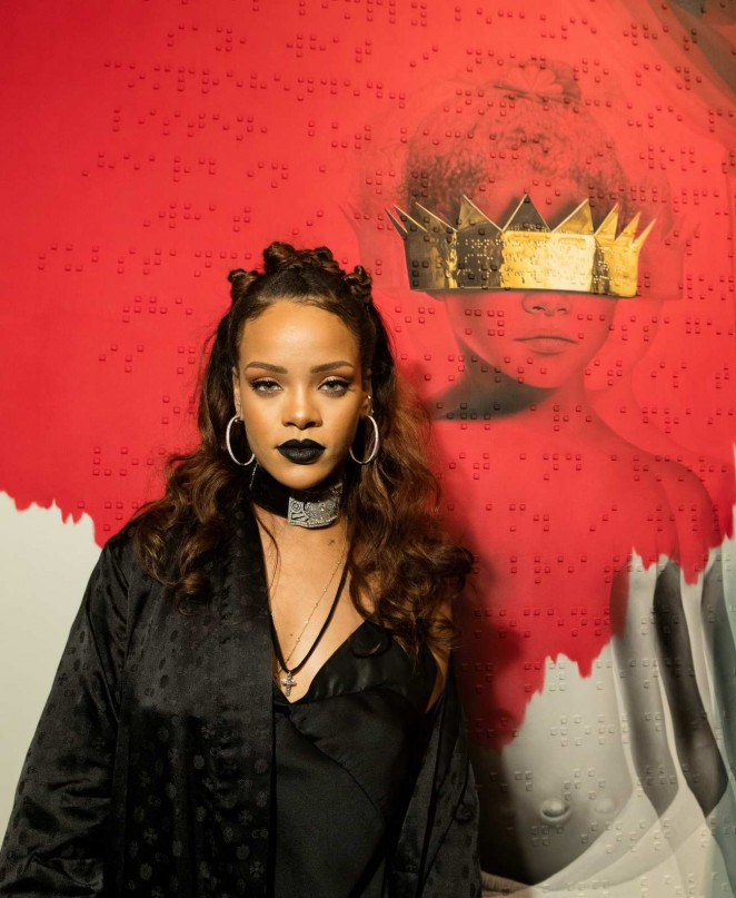 Губы черные: Рианна в Хэллоуин-образе на презентации альбома