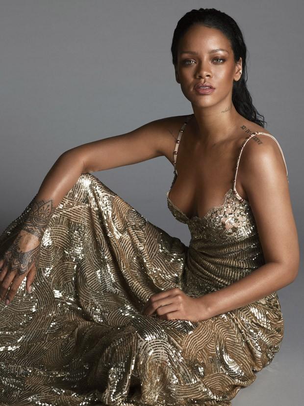 Золотая леди: Рианна украсила страницы Vogue и рассказала о голом платье