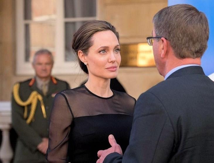 Анджелина Джоли удивила худобой в элегантном платье на саммите в Лондоне (ФОТО)