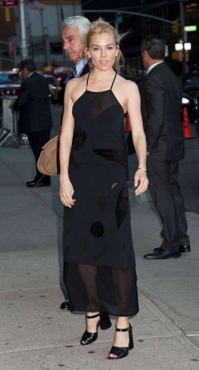 Сиенна Миллер в элегантном черном платье Roland Mouret