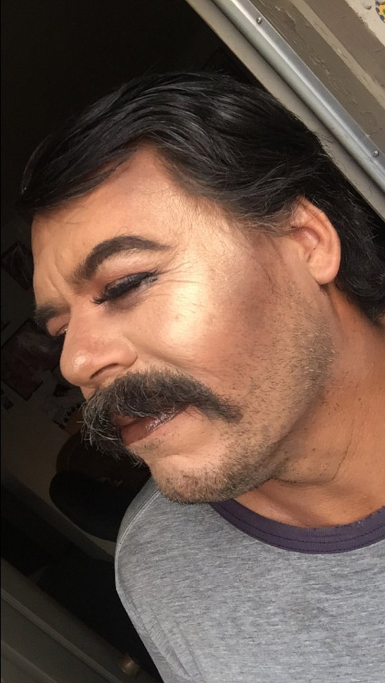 Смелый родитель: юная визажист тренируется в искусстве макияжа на папе