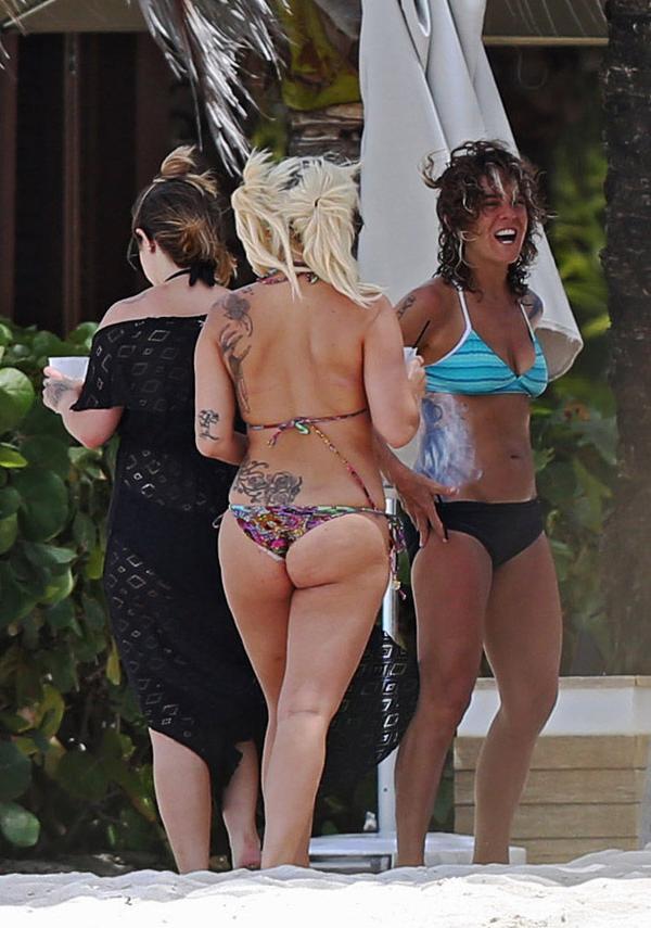 Еще одна голливудская красотка показала смуглое тело и целлюлит