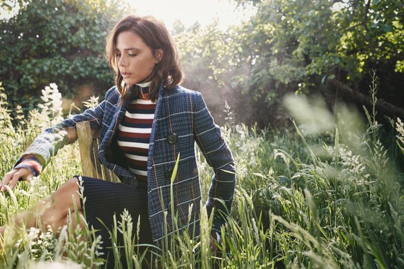 42-летняя красотка стала главной героиней октябрьского номера онлайн-журнала The Edit, на страницах которого появилась в стильных нарядах собственного дизайна. В частности, Виктория позировала в модных свитерах и клетчатом пальто Дома моды Victoria Beckham, демонстрируя изысканные осенние look-и. В интервью с The Edit Виктория говорила преимущественно о моде, а также о своем сотрудничестве с косметическим гигантом Estée Lauder, для которого создала коллекцию макияжа: «Я сразу озвучила то, что мне нравится и то, что не нравится. Акцент был сделан на тех продуктах, которые я бы хотела иметь в своей косметичке и которых нет на современном beauty-рынке, ведь все мы знаем, что порой довольно сложно найти некоторые позиции – например, идеальную помаду в оттенке nude или пигменты правильной текстуры», - говорит она.