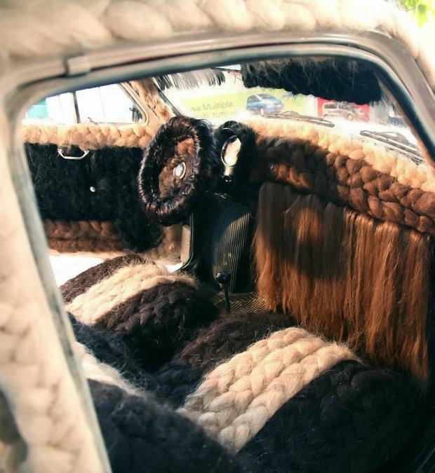 Парикмахер украсил машину 100 кг человеческих волос (ФОТО)
