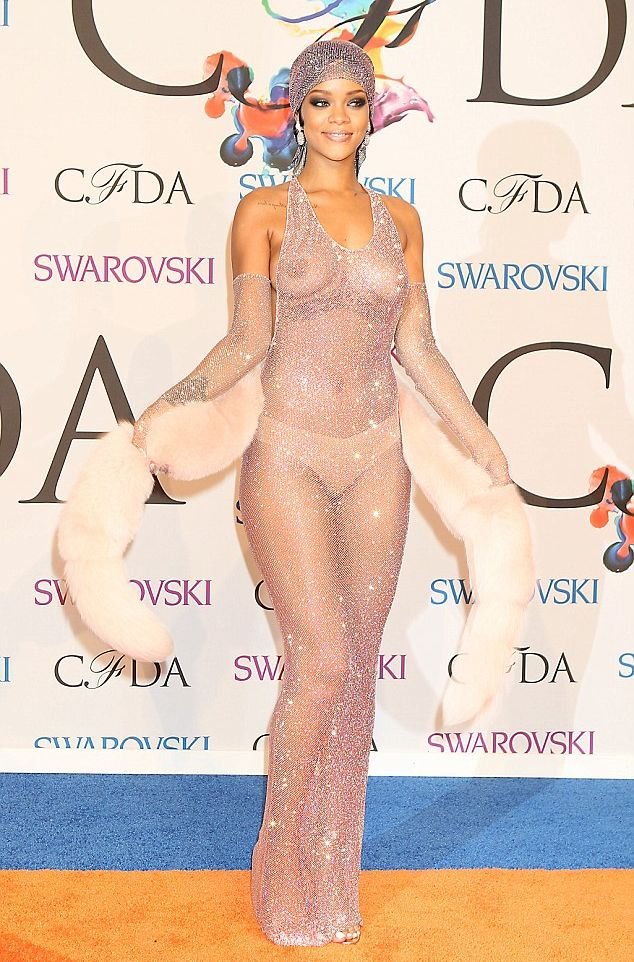 Рианна в голом платье фото