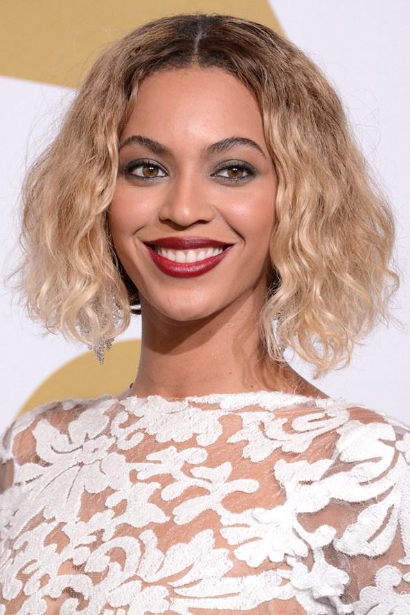 2014 год. Певица блистает с кудрявым светлым каре. Церемония Grammy.