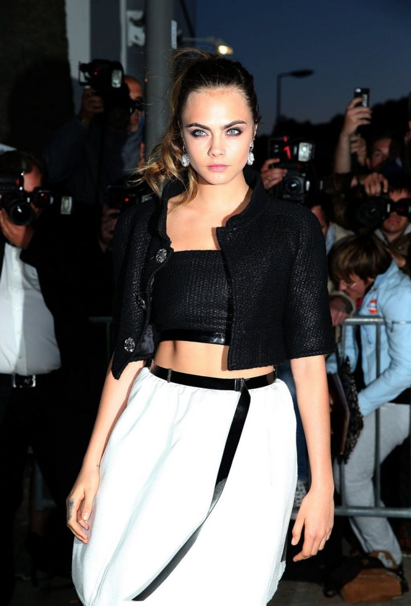Блистательная: Кара Делевинь восхищает стилем на вечеринке Chanel
