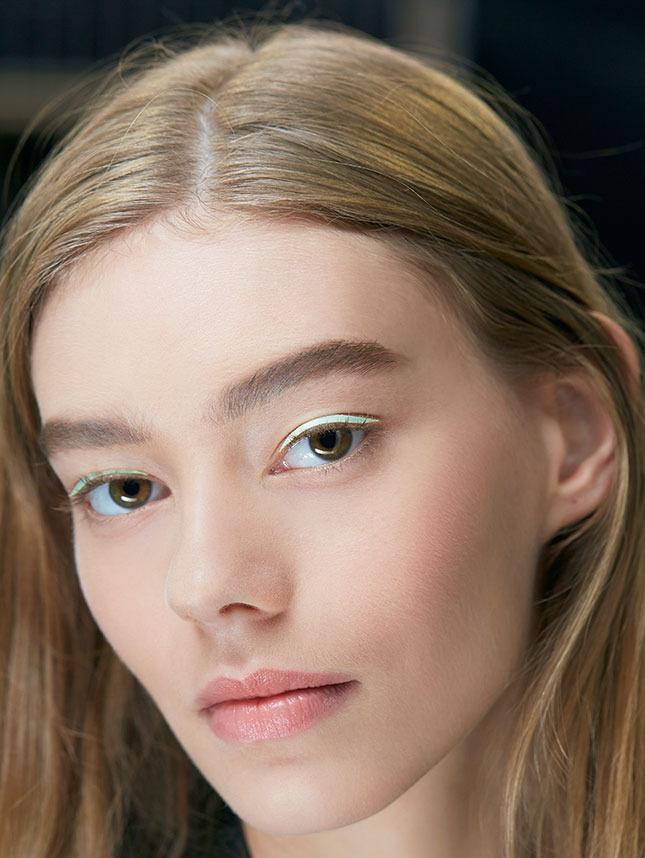 Шелковые стрелки – трендовый макияжа на показе Christian Dior