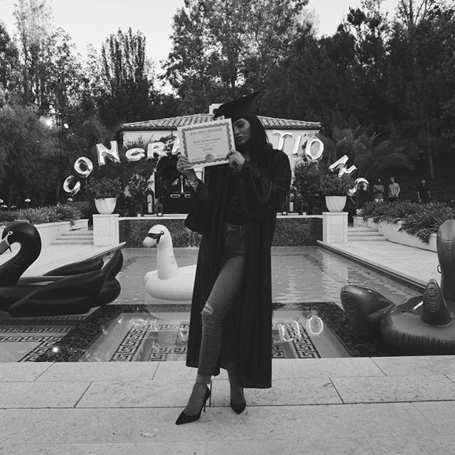 Фотофакт: Кайли Дженнер получила среднее образование