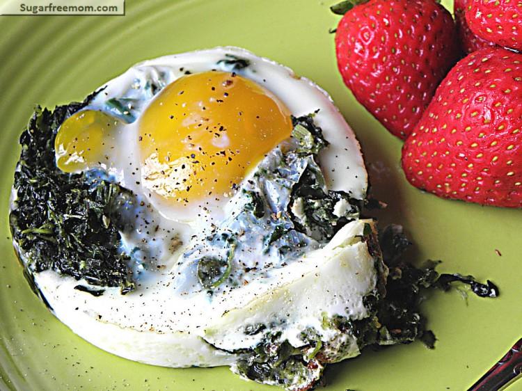 Полезный и быстрый завтрак: яичница со шпинатом
