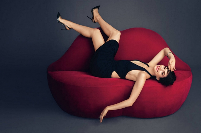 Lady in Red: Энн Хэтэуэй позирует для модного глянца