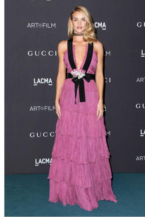 Безупречная Рози Хантингтон-Уайтли появилась в нежно-розовом платье в пол от Gucci.