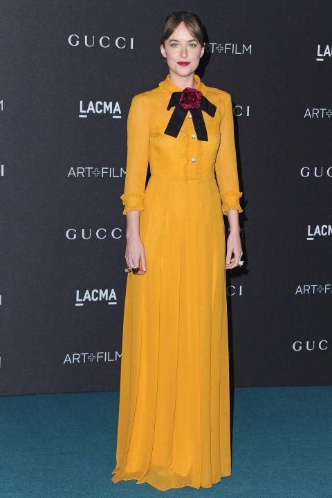 Элегантная Дакота Джонсон в горчичном платье в пол от Gucci.