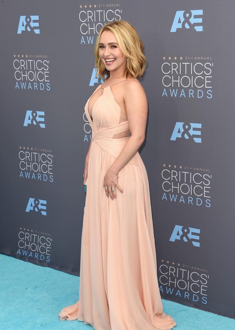 Образ дня: супруга Владимира Кличко в пикантном наряде на красной дорожке Critics' Choice Awards 2016