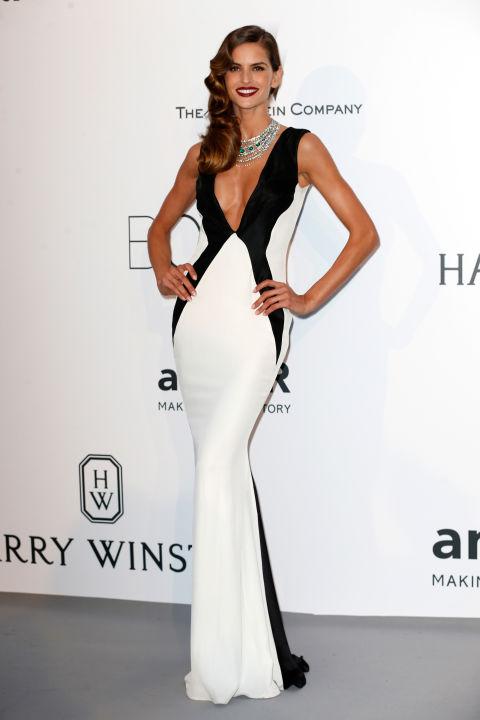 Изабель Гулар в монохромном платье с декольте