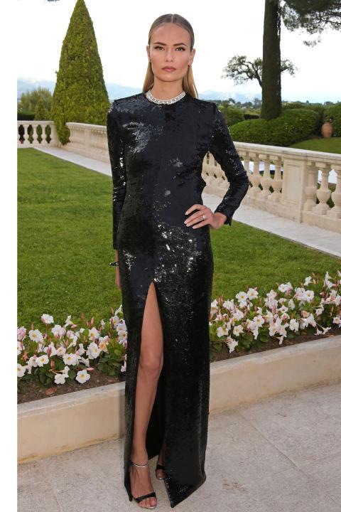 Натала Поли блистала в элегантном платье с высоким разрезом