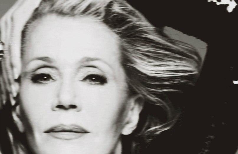 Сногсшибательна в 77: Джейн Фонда показала глубокое декольте