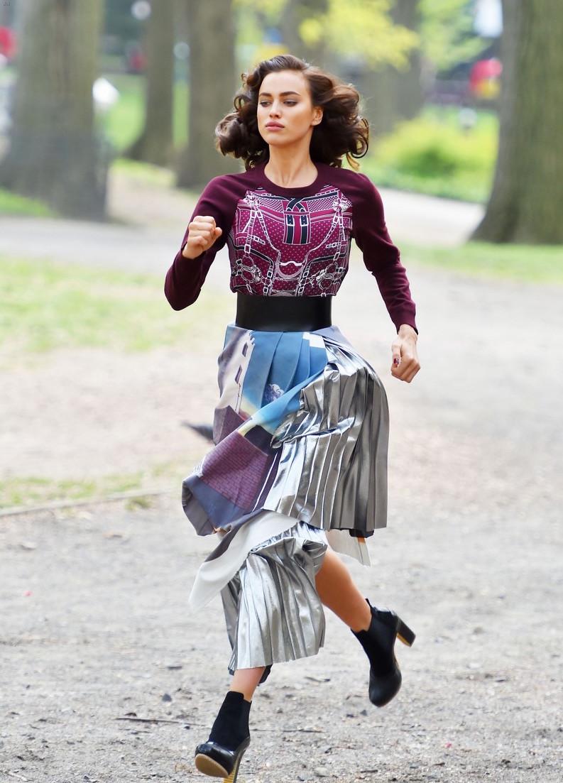 Женщина на работе: бэкстэйдж новой фотосессии Ирины Шейк для Vogue