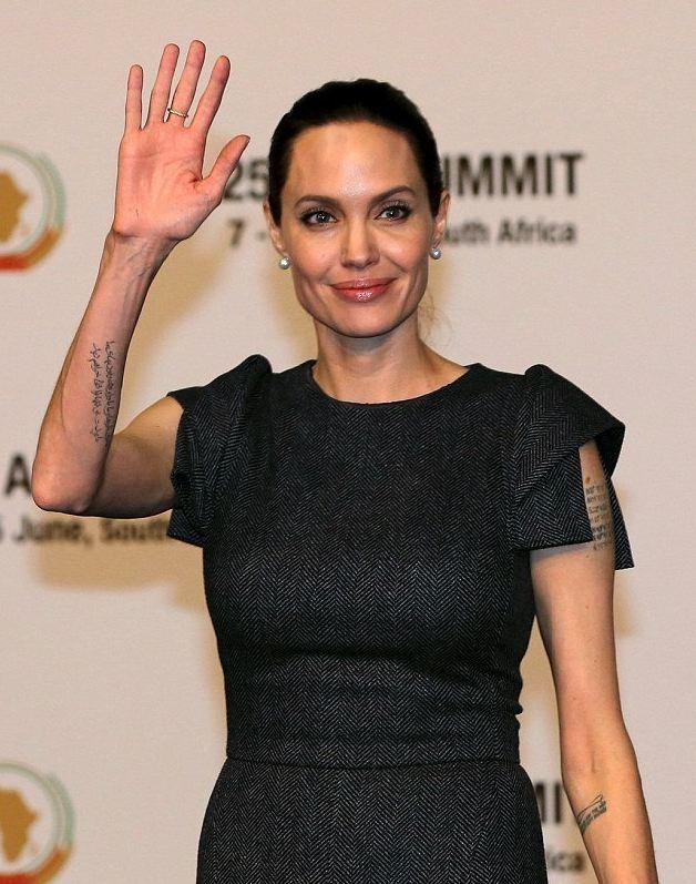 Beauty-образ дня: Анджелина Джоли покорила женственностью