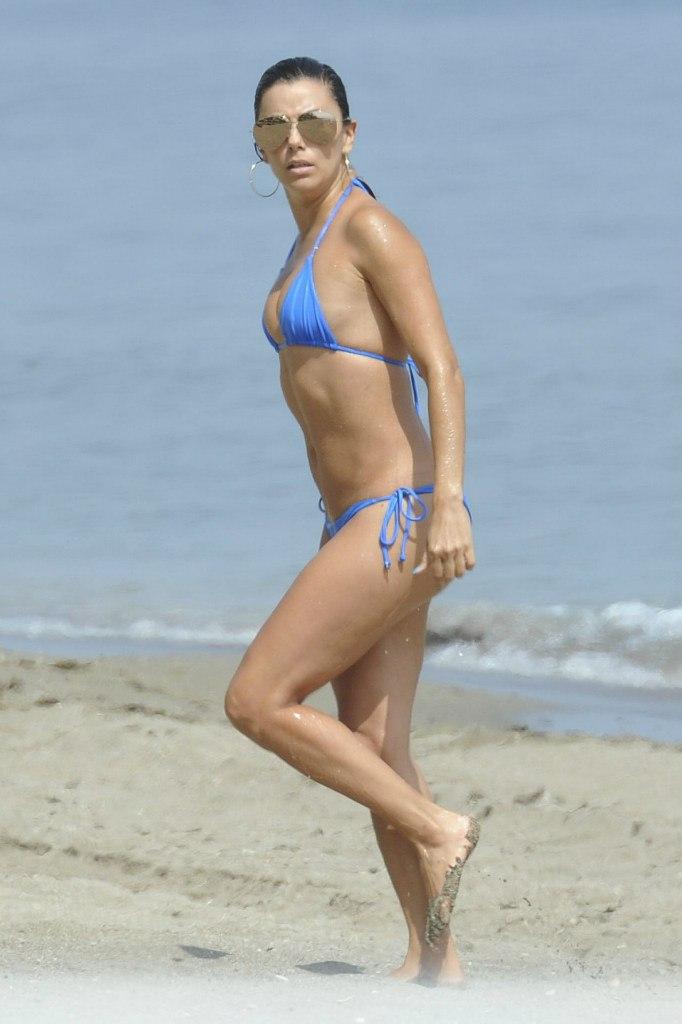 Фотофакт: Ева Лонгория похвасталась стройной фигурой в купальнике