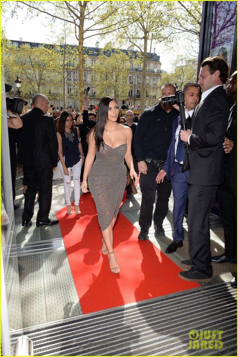 Леди в Париже: Ким Кардашьян на презентации своей косметики для волос