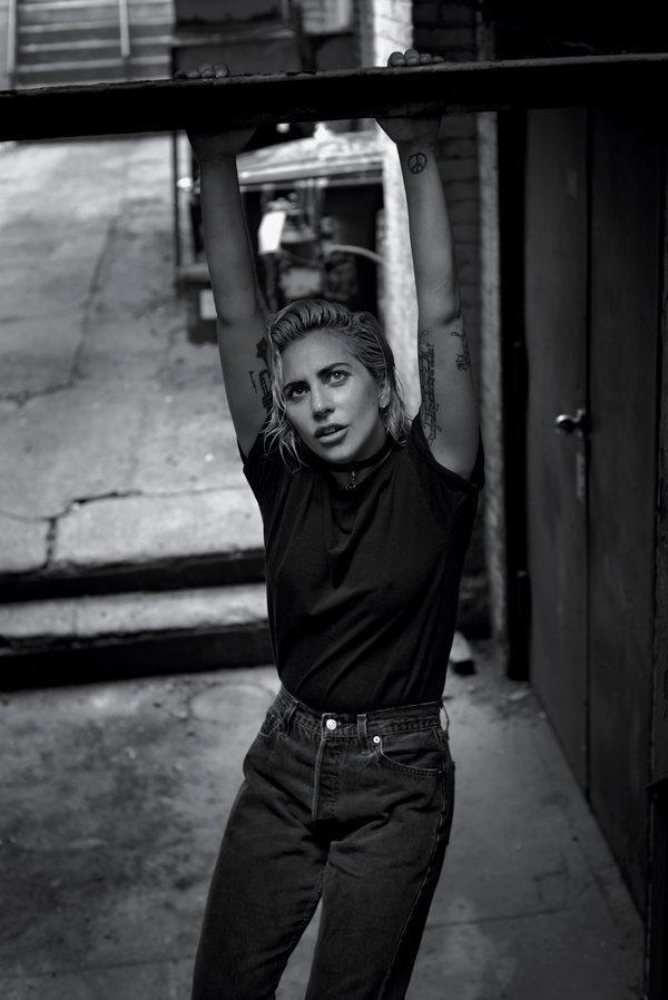 Леди Гага снялась в новой фотосессии для глянца (ФОТО)