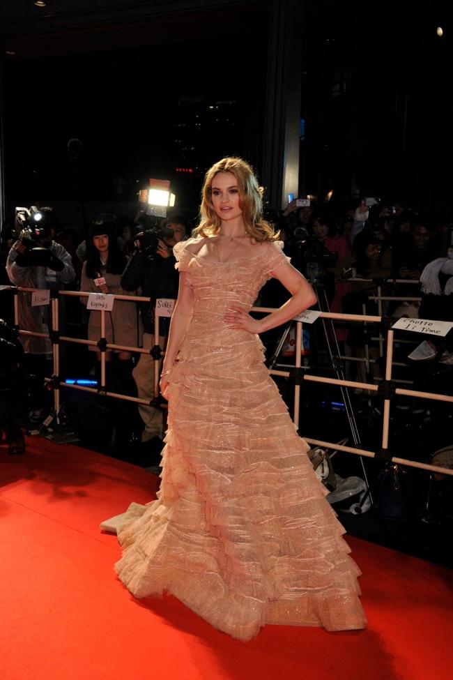 Сказочная: Золушка Лили Джеймс сразила платьем от Elie Saab