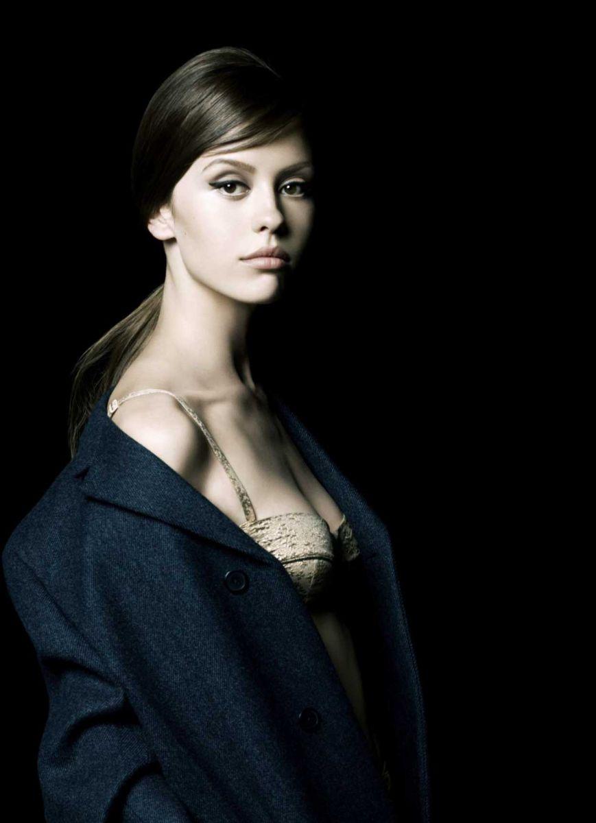 Свежая кровь: актрисы Миа Васиковска и Миа Гот в кампании для ароматов Prada