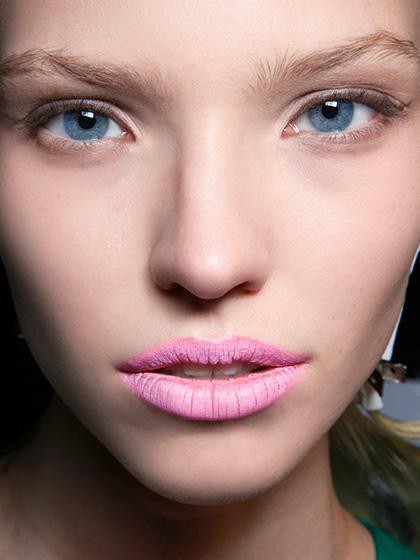 яркий макияж губ, яркая помада