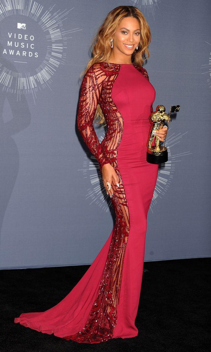 На днях в Лос-Анджелесе отгремела долгожданная церемония награждения MTV Video Music Awards, по итогам которой Бейонсе стала обладательницей четырех престижных наград. Бейонсе победила в таких категориях, как «Лучшая коллаборация» за хит «Drunk in Love» с супругом Джей-Зи, «Лучшее видео с социальным месседжем» за композицию «Pretty Hurts», «Лучшая кинематография» за видеоклип «Pretty Hurts», а также получила специальную награду «Michael Jackson Video Vanguard Award». Ключевым моментом выступления Бейонсе стало появление на сцене ее супруга Джей-Зи и очаровательной дочуркой Блю Айви, поздравившими маму с победой. За вечер Би сменила несколько нарядов: в пресс-комнате звезда блистала в платье платье от Zuhair Murad, туфельках от Christian Louboutin и украшениях от Lorraine Schwartz, на красной дорожке же Бейонсе позировала в полупрозрачном наряде Nicolas Jebran.