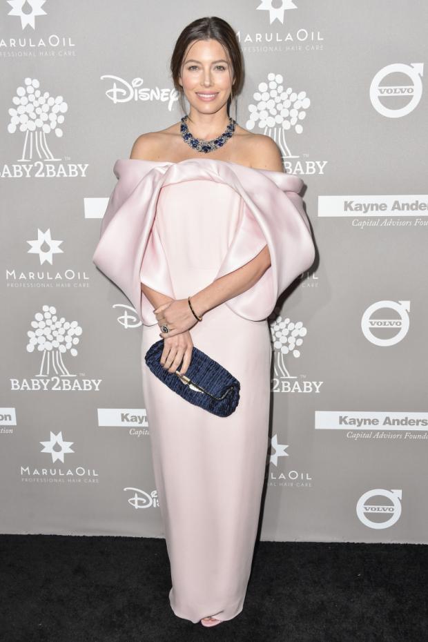 Джессика Бил появилась на красной дорожке в нежно-розовом платье с оголенными плечами.