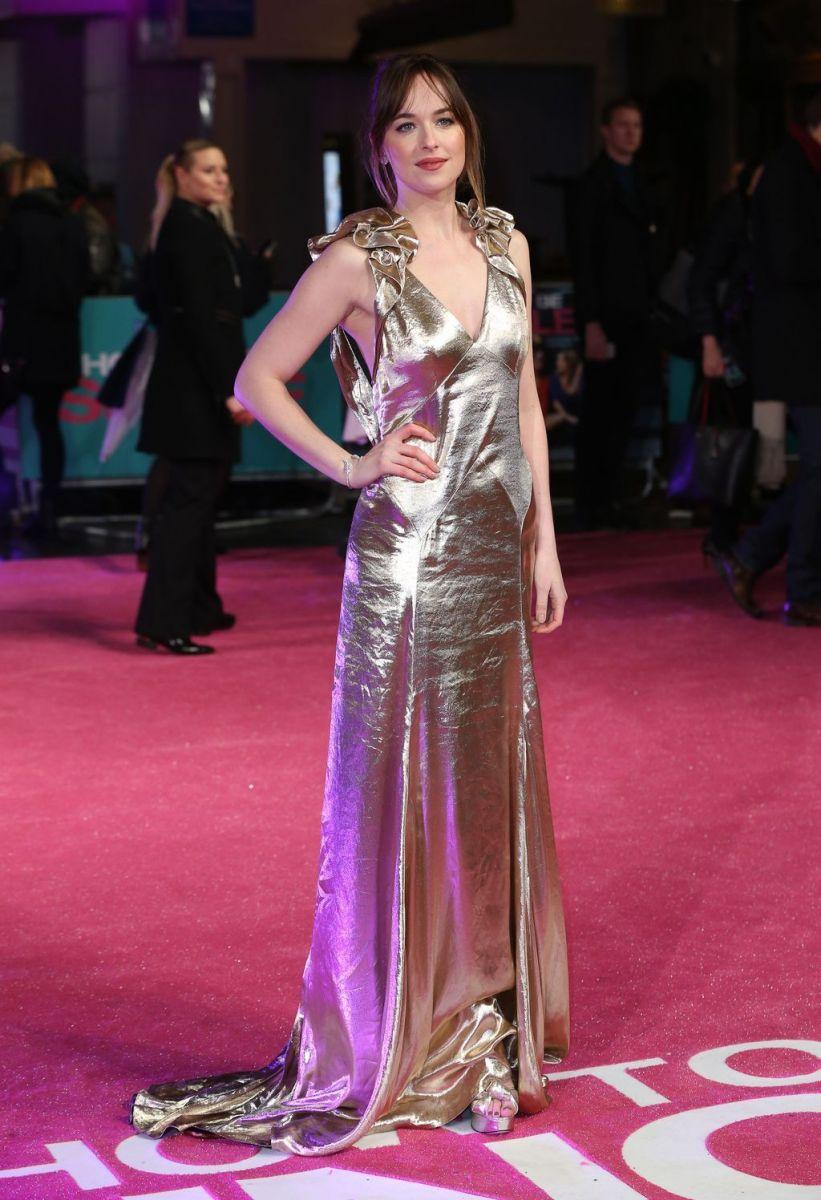 """Образ дня: Дакота Джонсон в золотом платье Marc Jacobs на премьере фильма """"В активном поиске"""""""