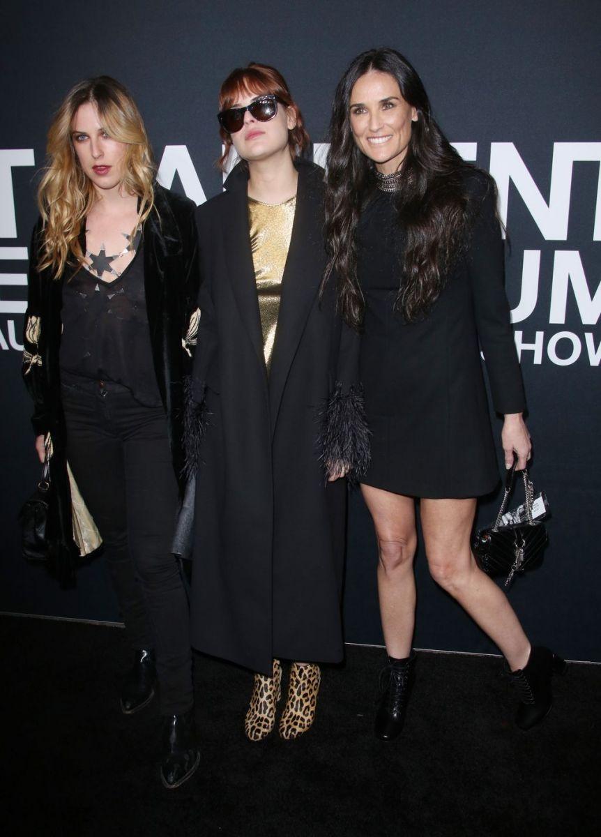 Образ дня: Деми Мур в маленьком черном платье на шоу Saint Laurent в Лос-Анджелесе фото