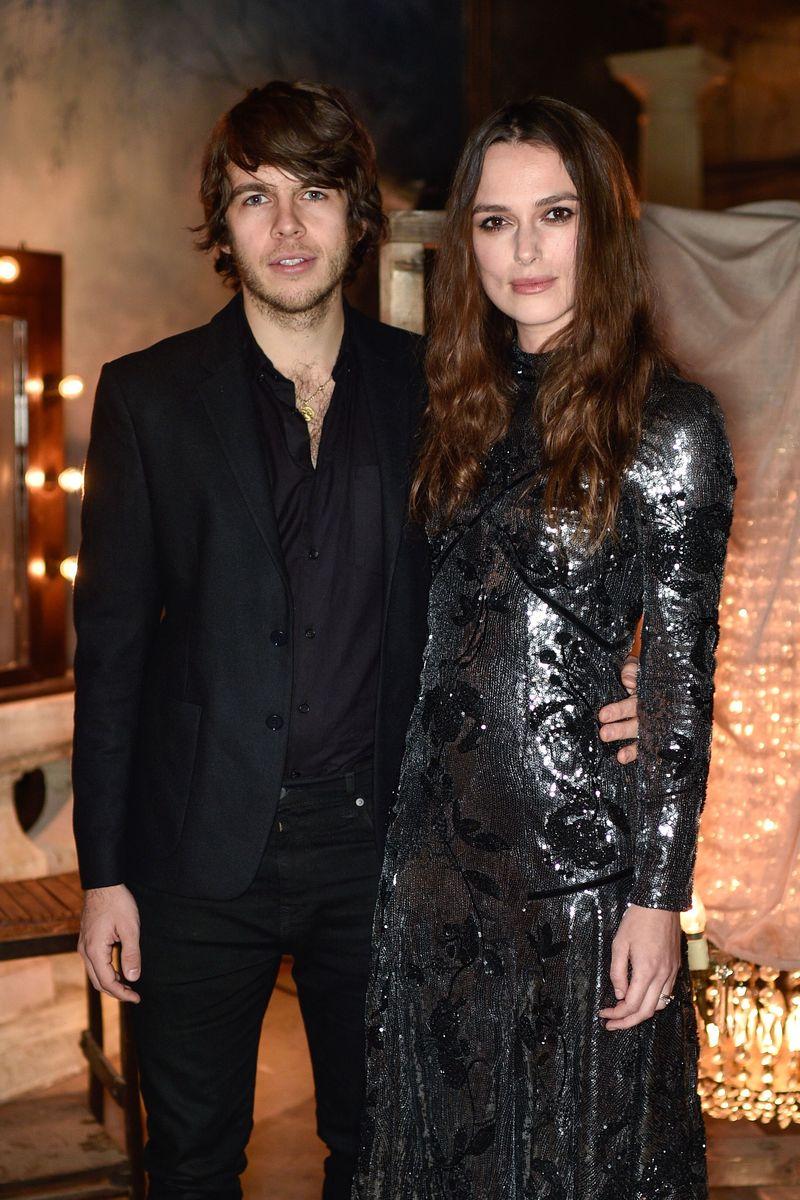 Образ дня: Кира Найтли в серебристом платье на вечеринке Erdem в Лондоне фото