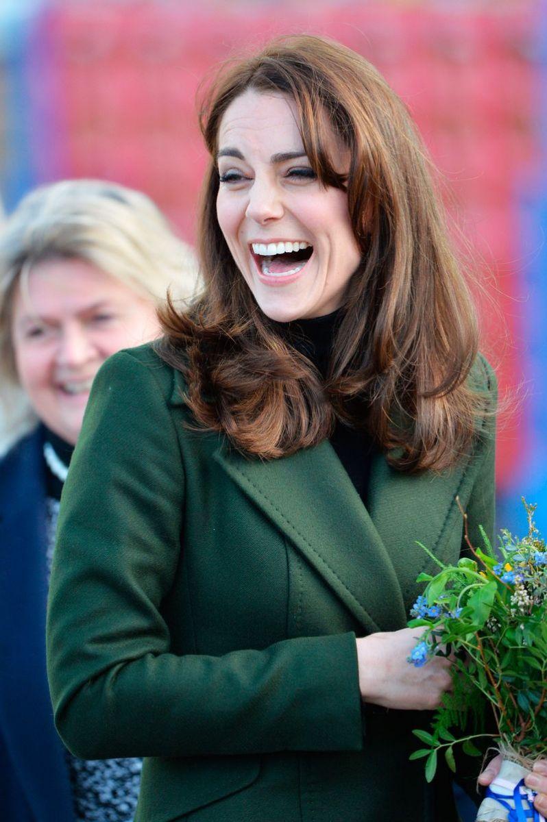 Образ дня: Кейт Миддлтон в пальто от Max Mara и юбке Le Kilt фото