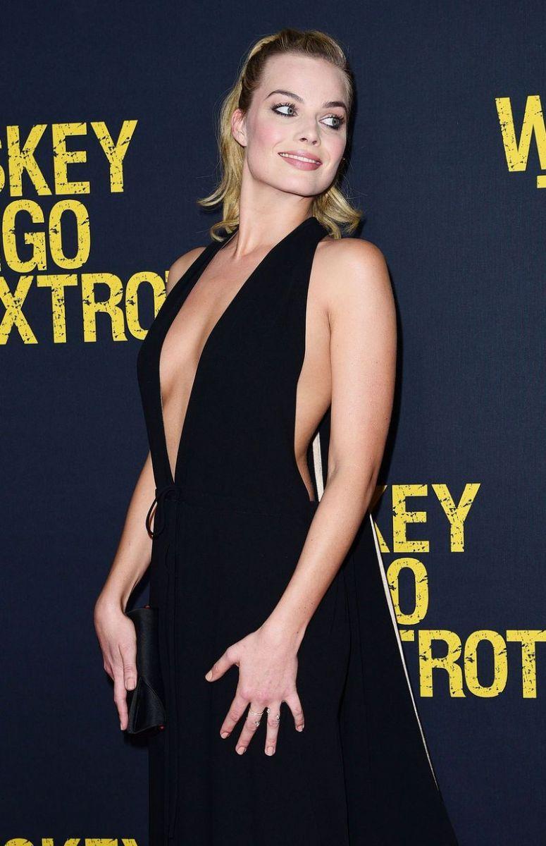 Образ дня: Марго Робби в сексуальном комбинезоне от Valentino фото