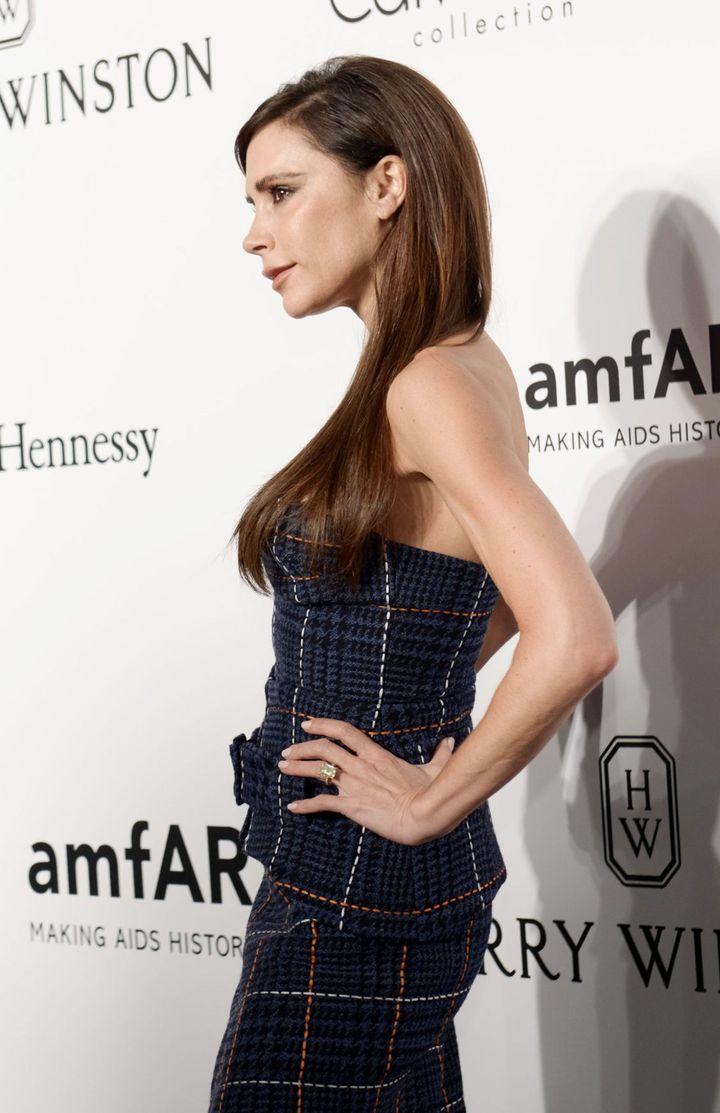 Образ дня: Виктория Бекхэм в платье Victoria Beckham на вечере amfAR в Гонконге
