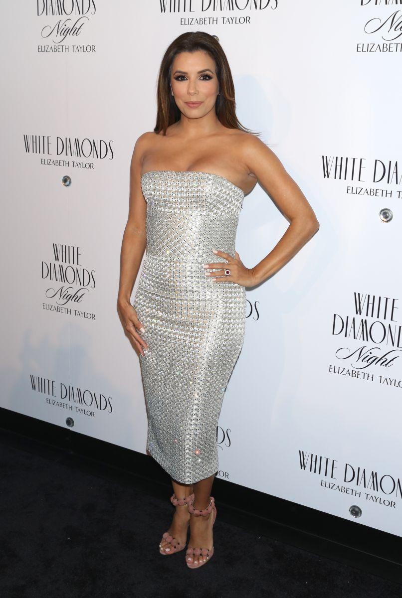 Образ дня: Ева Лонгория блистает как бриллиант в обтягивающем белом платье