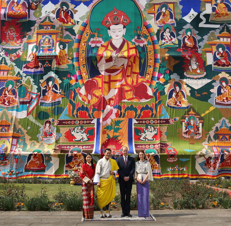 Первый день в Бутане: Кейт Миддлтон, как суперзвезда, сменила три роскошных наряда